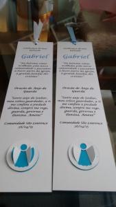 Lembrancinha do Gabriel - com fita (em duas opções de cores) e anjinho de scrap
